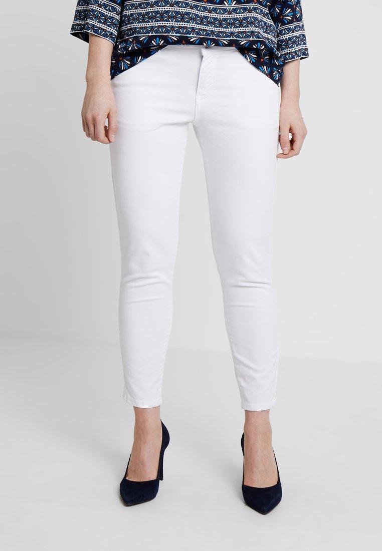 s.Oliver - SHAPE ANKLE - Jeans Slim Fit - white