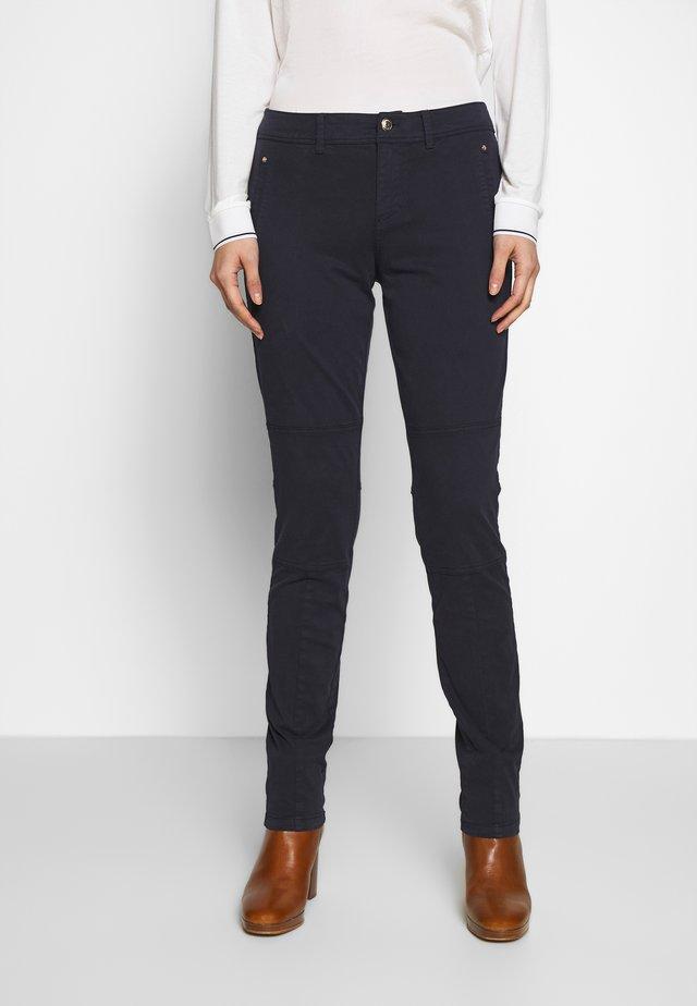 LANG - Spodnie materiałowe - navy