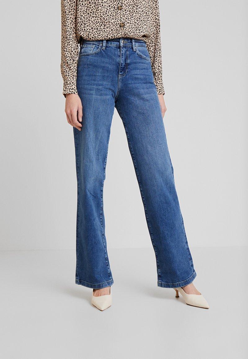 s.Oliver - SMART WIDE - Jeans Bootcut - blue denim