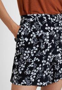s.Oliver - HOSE KURZ - Shorts - navy bouquet - 4