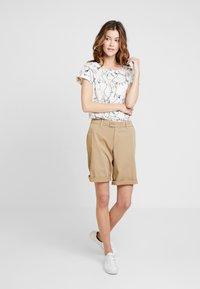 s.Oliver - Shorts - sand - 1