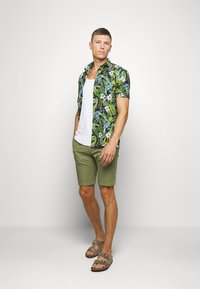 s.Oliver - BERMUDA WITH BELT - Shorts - army green - 1