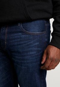 s.Oliver - Relaxed fit jeans - blue denim - 5