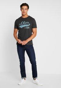 s.Oliver - KURZARM - T-shirt con stampa - ebony - 1