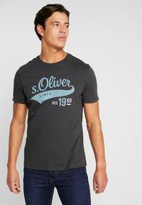s.Oliver - KURZARM - T-shirt con stampa - ebony - 0