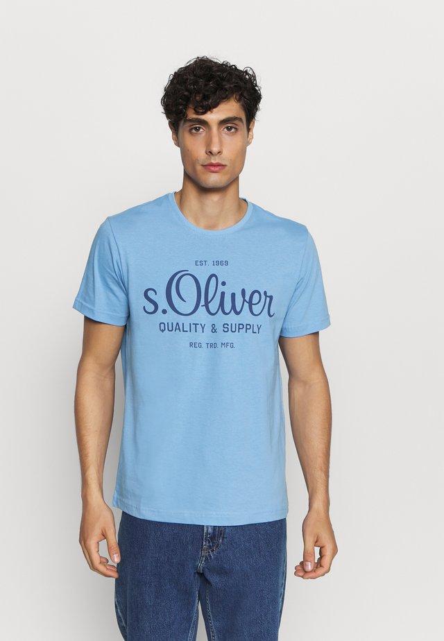 KURZARM - T-shirt z nadrukiem - light blue
