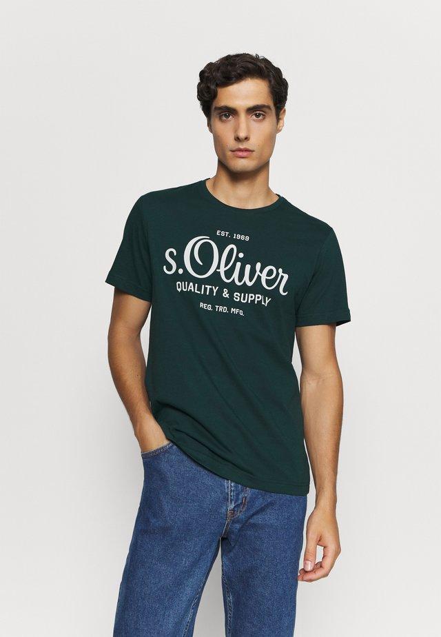 KURZARM - T-shirt z nadrukiem - dark green