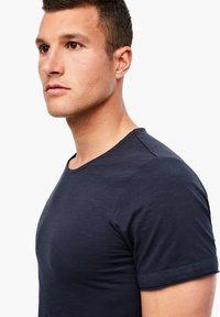 s.Oliver - MIT SLUB YARN-STRUKTUR - Basic T-shirt - dark blue - 3