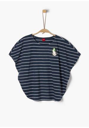 MIT FLÜGELÄRMELN - Print T-shirt - dark blue stripes