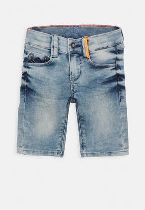 HOSE KURZ - Shorts vaqueros - blue denim