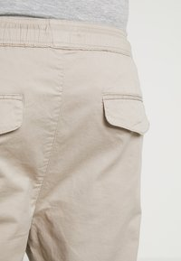 Solid - TRUC CROPPED - Kalhoty - sand - 3