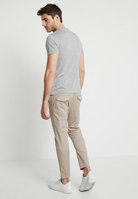 Solid - TRUC CROPPED - Kalhoty - sand - 2