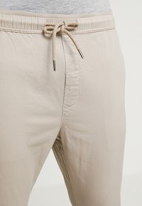 Solid - TRUC CROPPED - Kalhoty - sand - 5