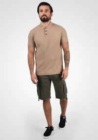 Solid - VIZELA - Shorts - ivy green - 1