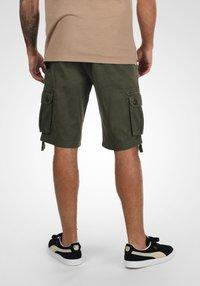 Solid - VIZELA - Shorts - ivy green - 2