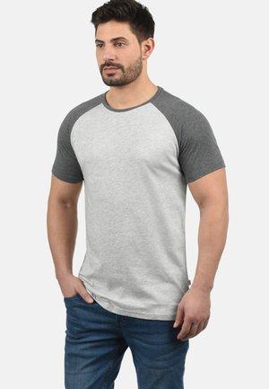 RUNDHALSSHIRT BASTIAN - Print T-shirt - light grey melange