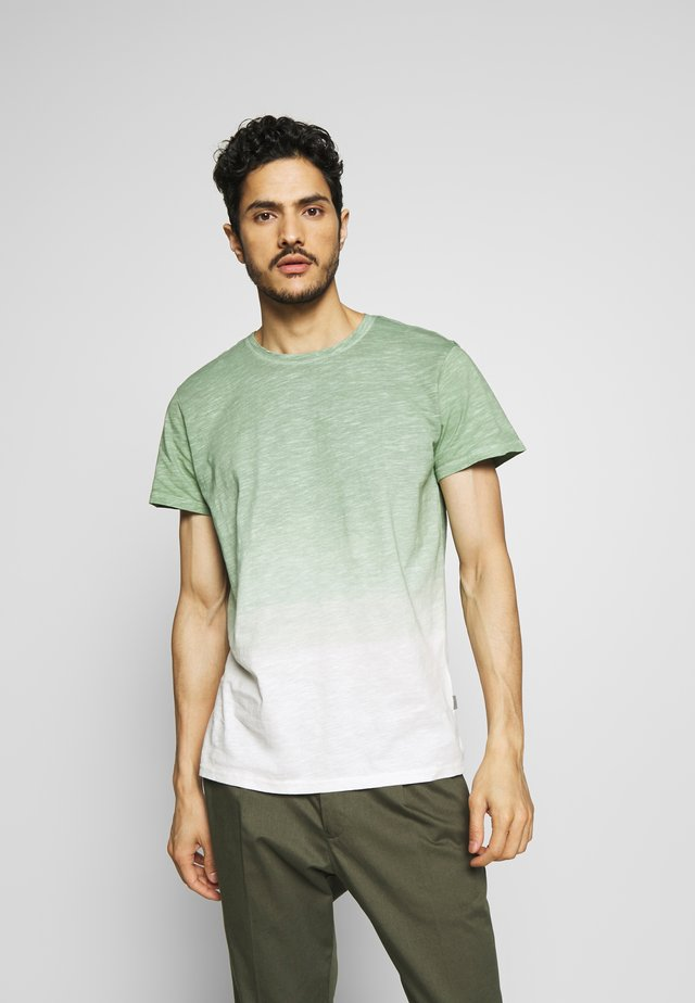 JANUS - T-shirt med print - hedge green