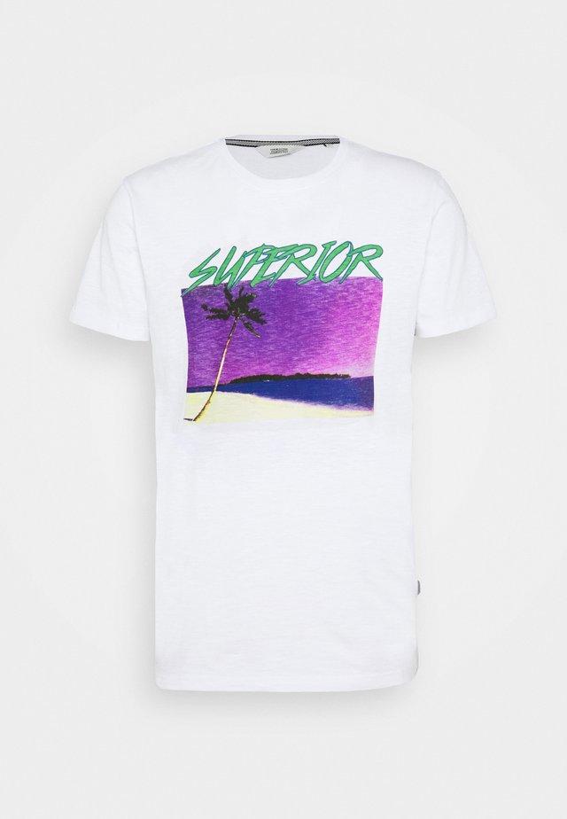 KOLETON - T-shirts med print - white