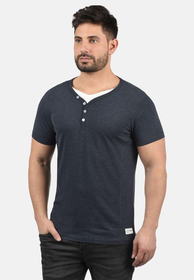 DORIAN - Basic T-shirt - insignia b