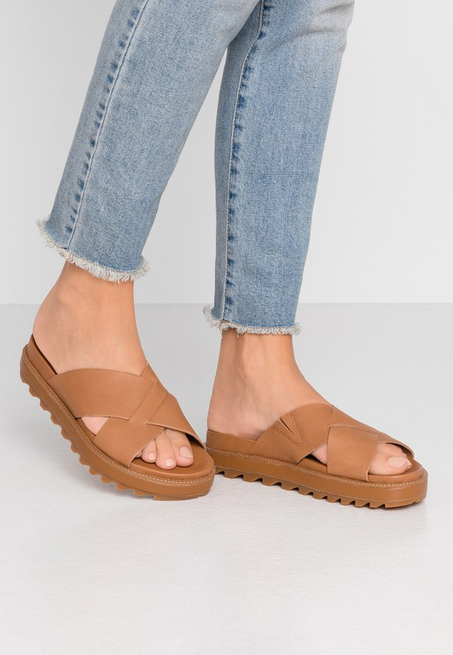 ROAMING CRISS CROSS SLIDE - Mules - camel brown