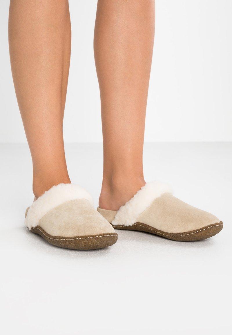 Sorel - NAKISKA SLIDE II - Domácí obuv - beige