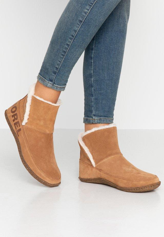 NAKISKA BOOTIE - Korte laarzen - camel brown