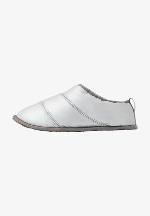 HADLEY SLIPPER - Pantoffels - pure silver