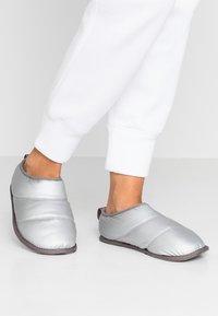 Sorel - HADLEY SLIPPER - Domácí obuv - pure silver - 0