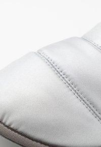 Sorel - HADLEY SLIPPER - Domácí obuv - pure silver - 2