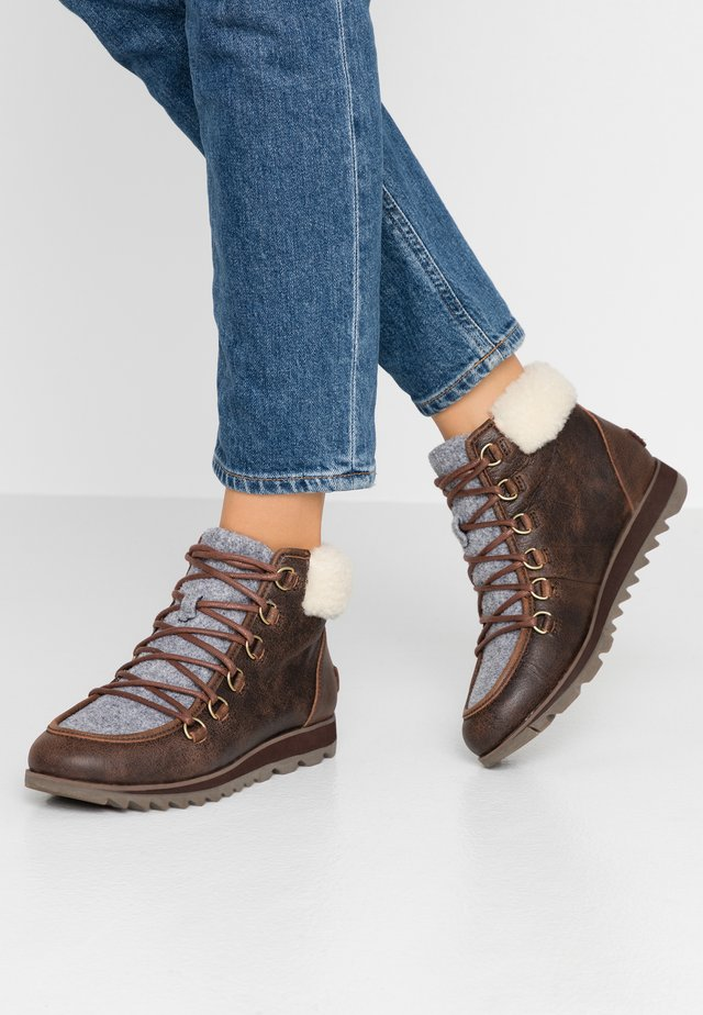 HARLOW LACE COZY FELT - Ankle boot - burro