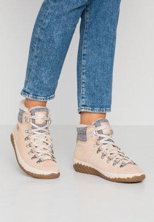 OUT ABOUT PLUS CONQUES - Kotníková obuv - natural tan