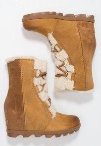 Sorel - JOAN OF ARCTIC WEDGE  - Kotníkové boty na klínu - camel brown - 3