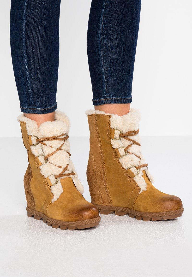Sorel - JOAN OF ARCTIC WEDGE  - Kotníkové boty na klínu - camel brown