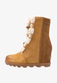 Sorel - JOAN OF ARCTIC WEDGE  - Kotníkové boty na klínu - camel brown - 1
