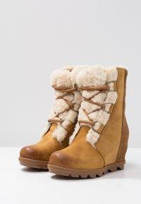 Sorel - JOAN OF ARCTIC WEDGE  - Kotníkové boty na klínu - camel brown - 4