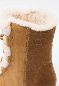 Sorel - JOAN OF ARCTIC WEDGE  - Kotníkové boty na klínu - camel brown - 2