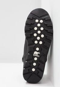 Sorel - WHITNEY SHORT - Zimní obuv - black - 6