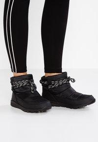Sorel - WHITNEY SHORT - Zimní obuv - black - 0