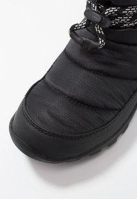 Sorel - WHITNEY SHORT - Zimní obuv - black - 2