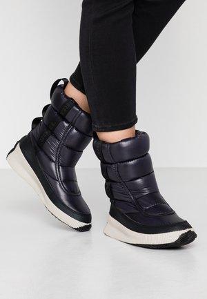 OUT ABOUT PUFFY MID - Zimní obuv - black