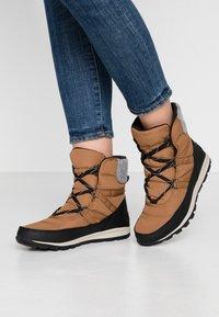 Sorel - WHITNEY SHORT LACE - Zimní obuv - elk - 0