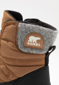 Sorel - WHITNEY SHORT LACE - Zimní obuv - elk - 2