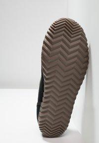Sorel - DUDE MOC - Domácí obuv - black - 4