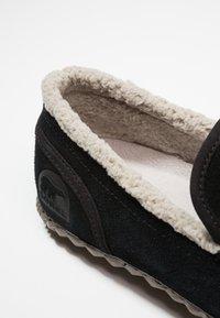 Sorel - DUDE MOC - Domácí obuv - black - 5