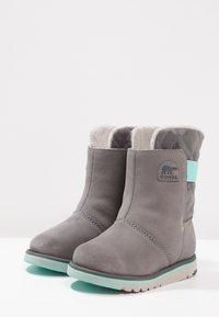 Sorel - RYLEE CAMO - Snowboot/Winterstiefel - quarry/dolphin - 2