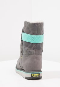Sorel - RYLEE CAMO - Snowboot/Winterstiefel - quarry/dolphin - 3