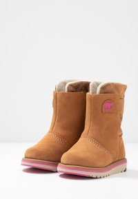 Sorel - CHILDRENS RYLEE CAMO - Snowboot/Winterstiefel - pink ice - 3