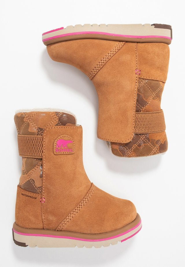 CHILDRENS RYLEE CAMO - Talvisaappaat - pink ice