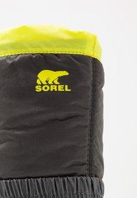 Sorel - YOUTH FLURRY - Winter boots - dark grey/warning yellow - 2