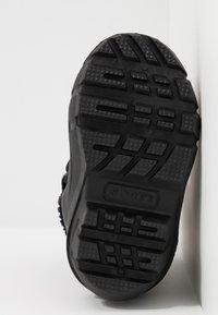 Sorel - YOUTH FLURRY - Zimní obuv - black/bright red - 5